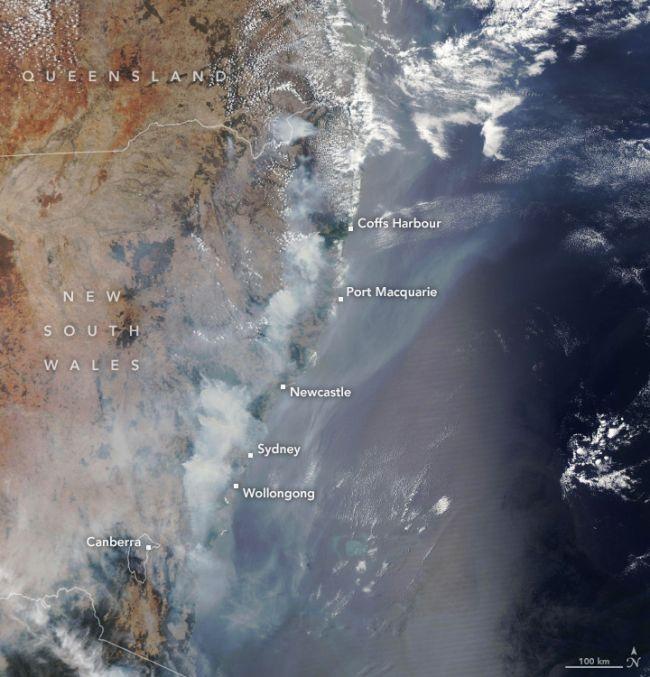 A NASA Aqua műholdján lévő közepes felbontású spektroradiométer által december 9-én készített kép a füstről