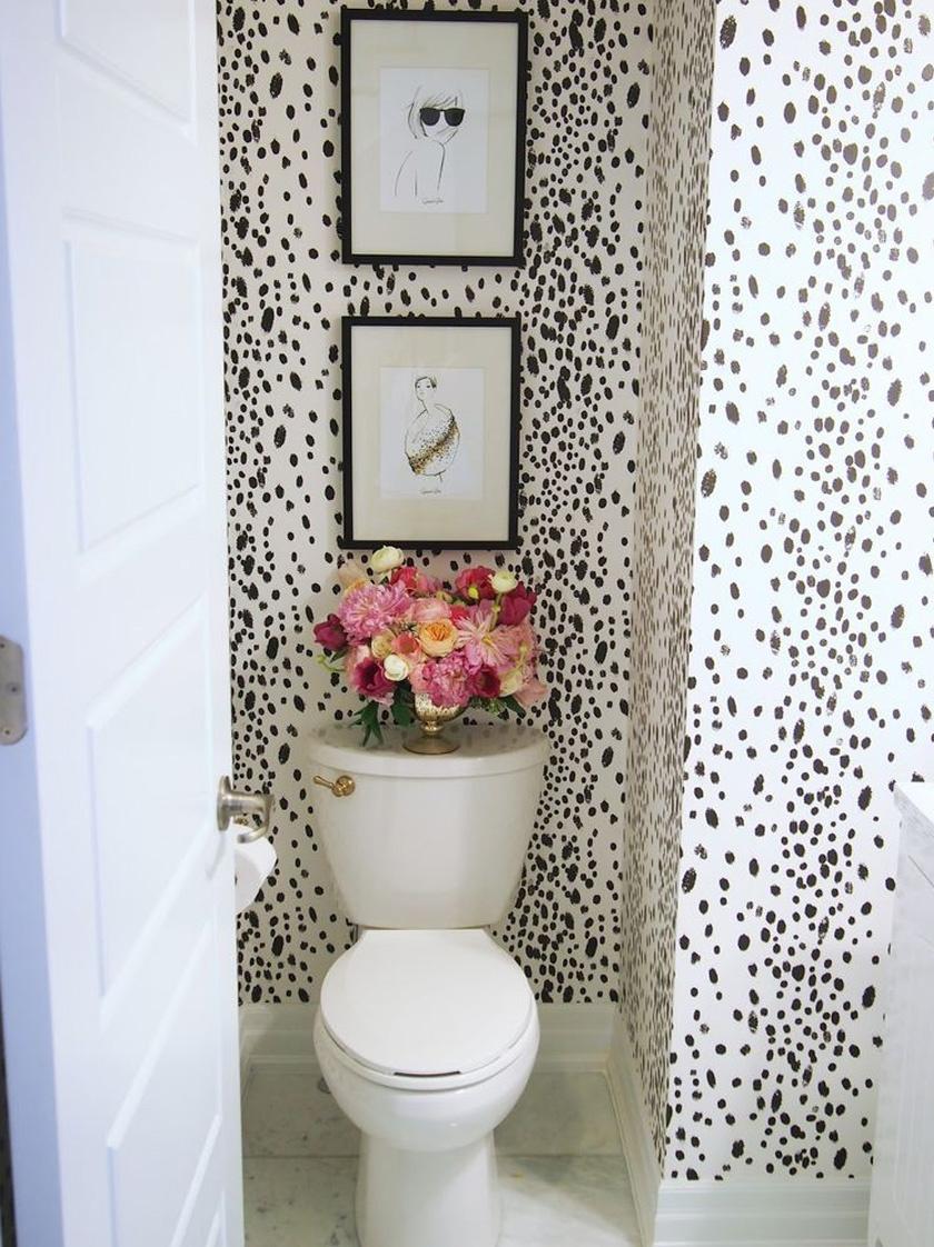 Manapság már nagyon esztétikus és divatos művirágok kaphatók. Válogass össze egy, a lakás színeit hozó vagy azokhoz illő csokrot a helyiség díszeként. Ez már önmagában is remekül mutat, de ha fokoznád, tegyél fel pár egyszerűbb képet is a falra, melyek hagyják érvényesülni a domináns virágdíszt.