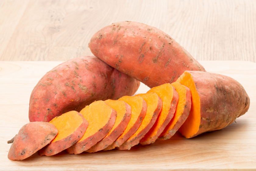 A répához hasonlóan a narancssárga színű édesburgonya is gazdag A-vitaminban, béta-karotin-tartalmának köszönhetően. Már egy közepes méretű édesburgonya elfogyasztása is fedezi a napi A-vitamin-szükséglet jelentős részét. Ez elengedhetetlen a bőr, a szem és a körmök egészségéhez.