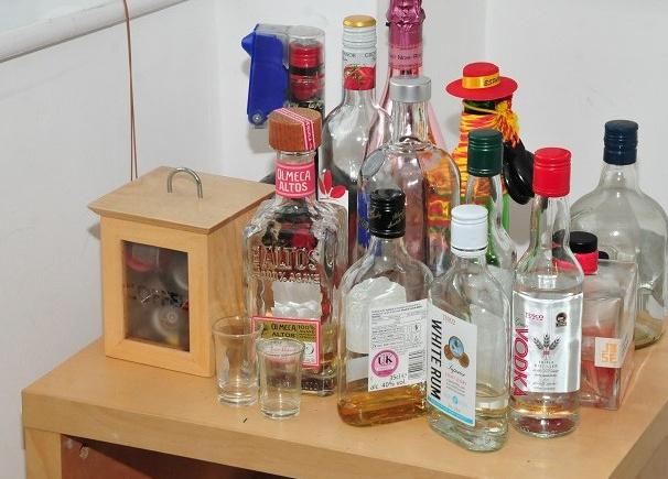 Alkoholos üvegek Sinaga lakásán, a bíróság által közreadott fényképen