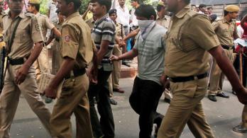 Halálra ítélték a 23 éves diáklányt megerőszakoló négy férfit Indiában
