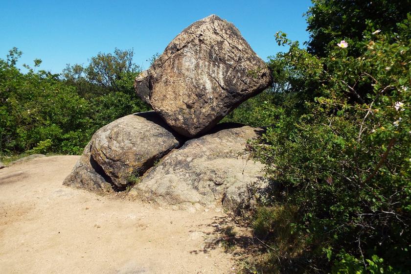 """A Velencei-hegységben található pákozdi ingóköveket a """"magyar Stonehenge"""" néven is emlegetik, és nevüket onnan kapták, hogy furcsán egyensúlyoznak egymáson, mintha billegnének. A legjellegzetesebb gránittömb mind közül a képen is látható Kocka-kő. A környékről úgy tartják, különös energiával rendelkezik."""