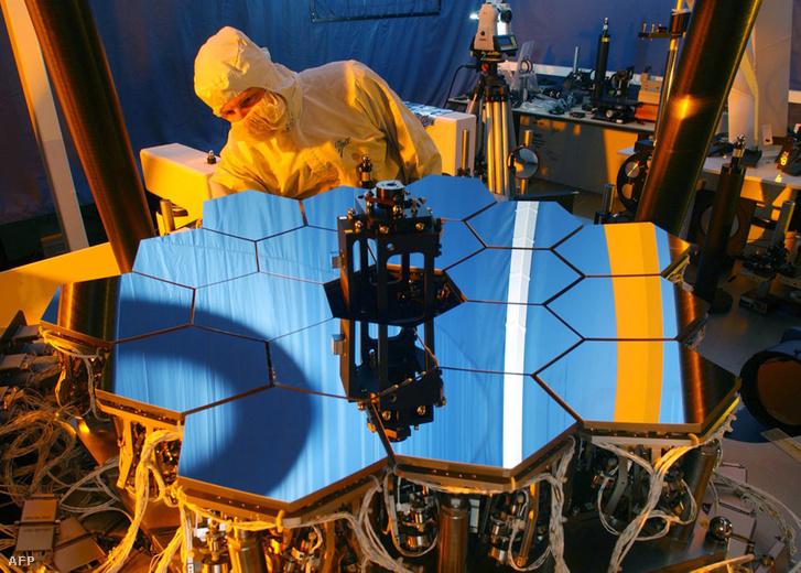 A James Webb űrteleszkóp kicsinyített modelljén végez tesztet egy technikus 2007-ben.