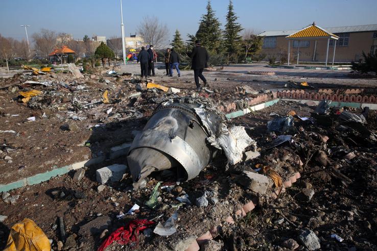 Repülőgép roncsadarabja, amin 176 utas utazott, mielőtt lezuhant Teheránban