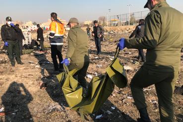Mentőcsapatok dolgoznak a lezuhant ukrán gép roncsai között