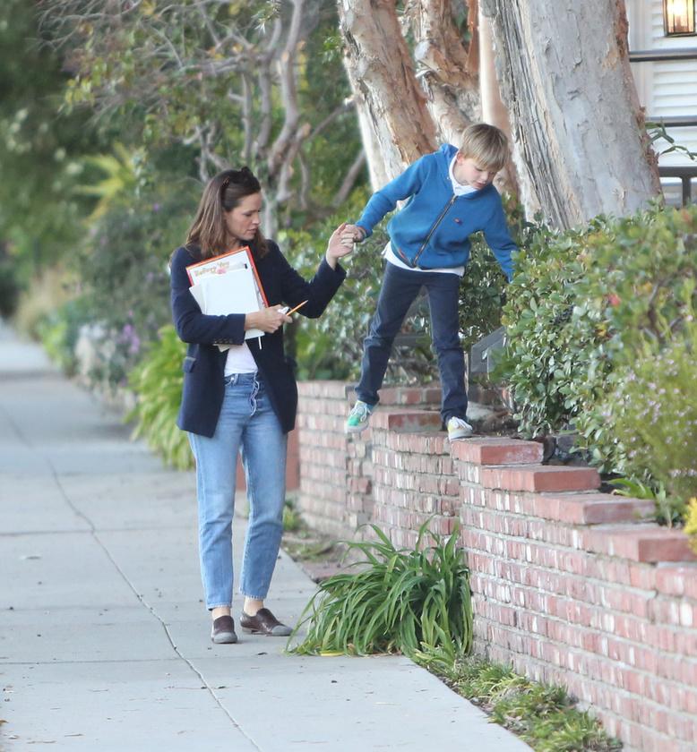 Jennifer Garner végig kézen fogva kísérte kisfiát, amíg a téglafalon sétált.