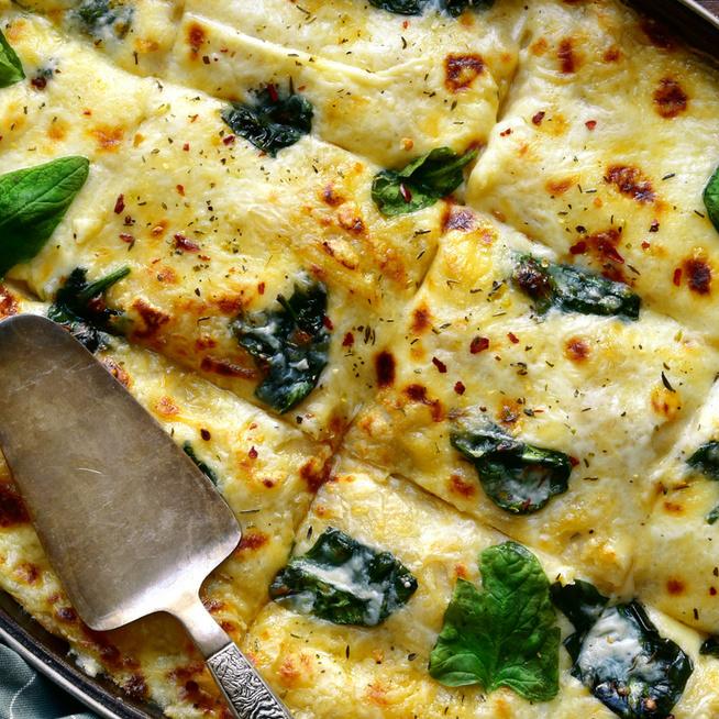 Krémes, szaftos spenótos-csirkés lasagne: paradicsom helyett besamel lágyítja