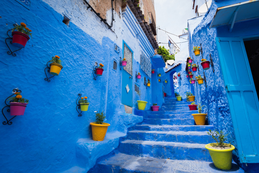 A Marokkóban található Chefchaouen városában a falakat, sőt még néhol egész utakat is kékre festettek. Nem lehet pontosan tudni a kék város kialakulásának eredetét, egyesek úgy tartják, hogy a kék szín a moszkitók elriasztására használatos, mások szerint zsidó menekültek festették ki, miután elszöktek a náci Németországból.