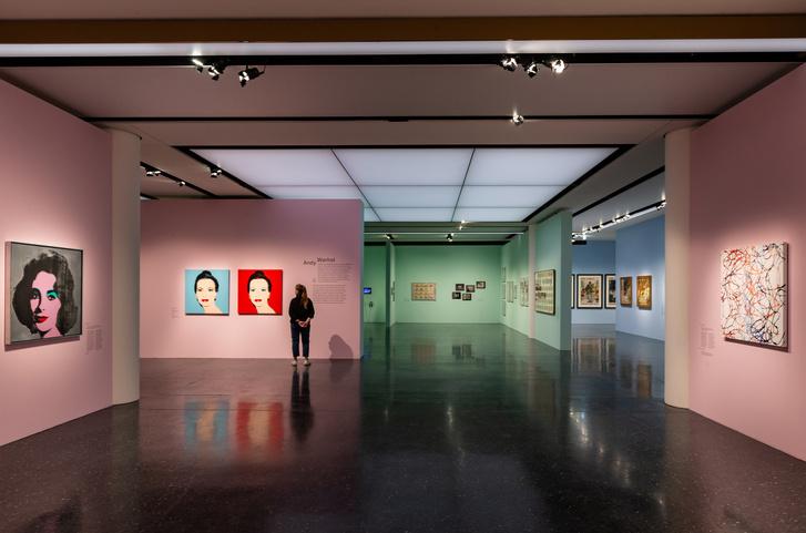 Előtérben Andy Warhol munkái, jobbra az épp Jackson Pollock műveitől ihletett Yarn paintings sorozat egy darabja