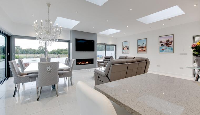 A házat a minimalista stílus jellemzi, de a luxus jegyeket azért kellőképpen tükrözi, már csak azért is, mert 4 fürdőszoba található az épületben.