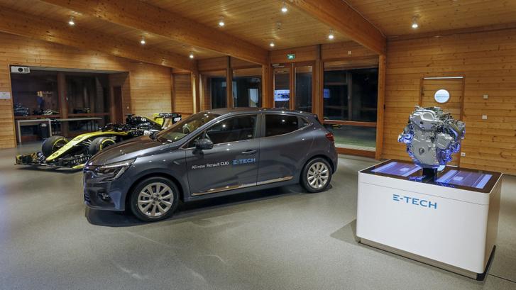 Bemutatóteremmé alakították azt a helyiséget, ahol normálisan (legalábbis mi) az Év Autója éves nagygyűlést tartjuk. Előtérben a hibrid Clio E-Tech, hátul az új Formula-1-es Renault-autó. Amelyik szintén hibrid