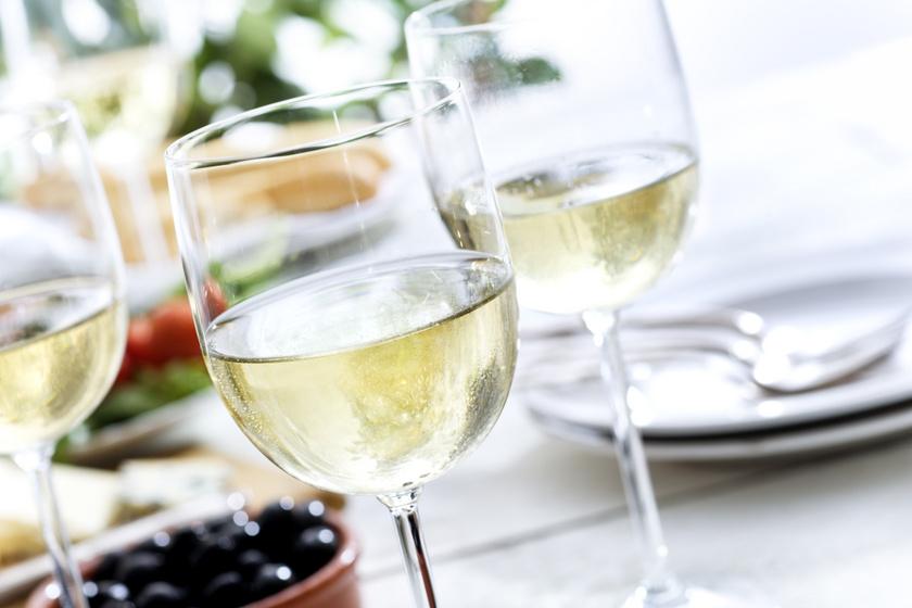 A túlzott borfogyasztás is károsíthatja a fogakat. Míg a vörösbor befogja a színével, addig a fehérbornak kifejezetten magas a savtartalma, ami erősen bontja a fogzománcot. Borivás után ezért érdemes vízzel öblögetni.