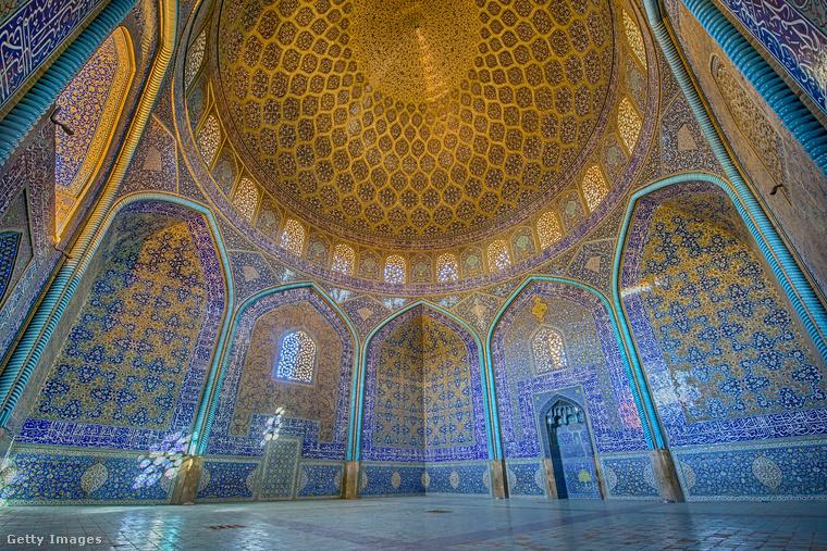 Lotfollah-mecset − Szintén Iszfahán egyik nevezetessége, amit egy síita szentként tisztelt tudós doktorról neveztek el.