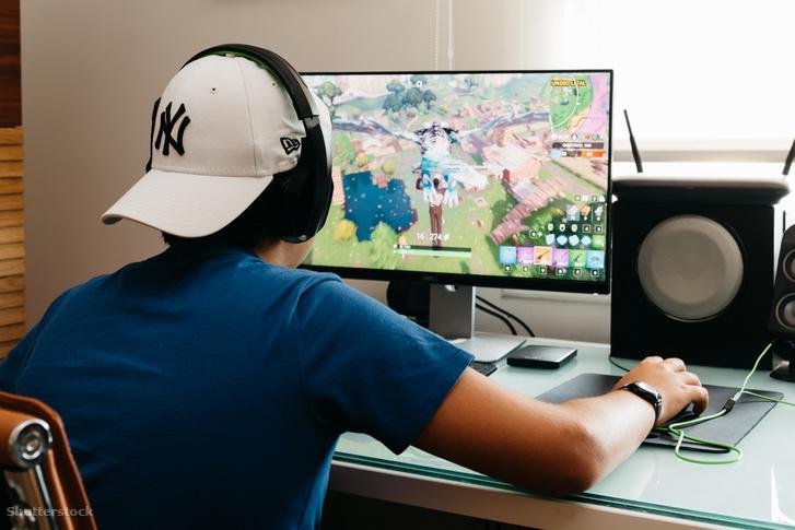 Egy tini játszik Fortnite játékot Madridban
