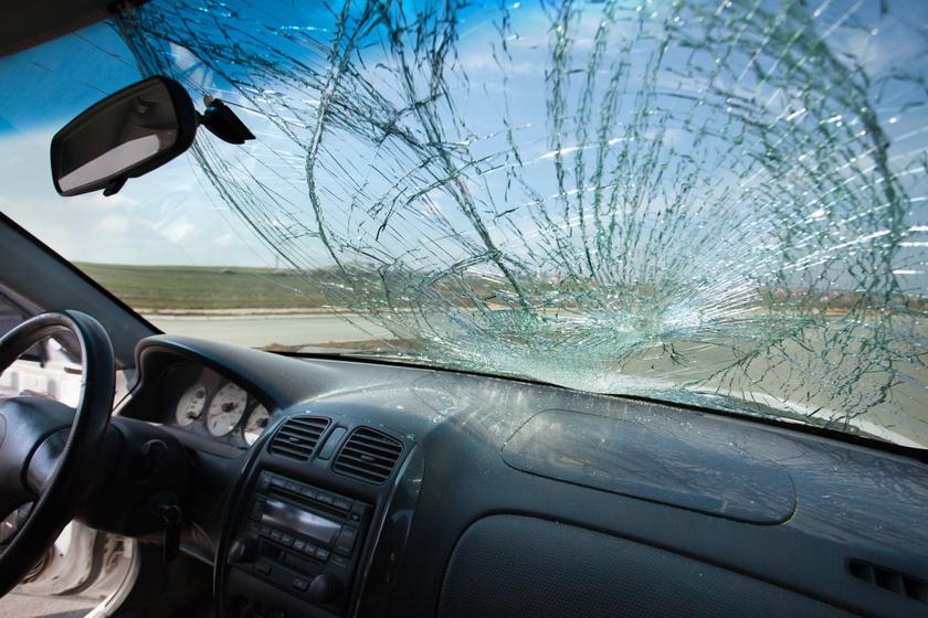 torott-szelvedo-auto-baleset