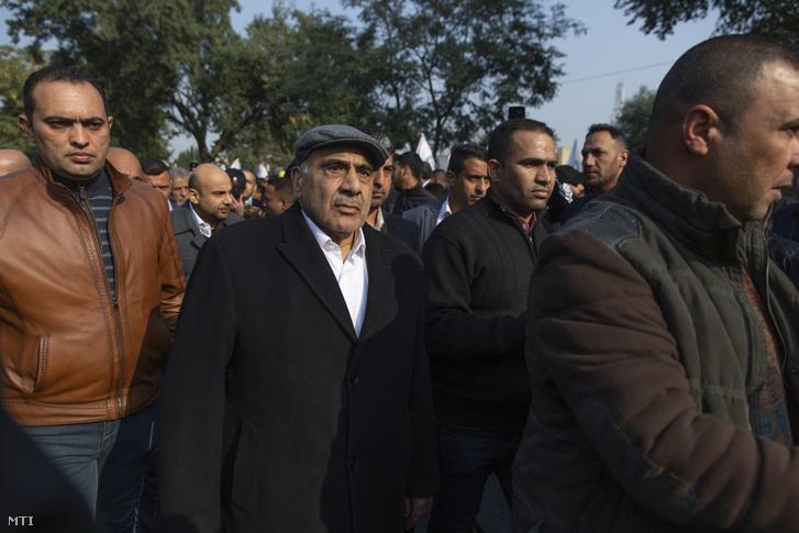 Ádil Abdel Mahdi ügyvezető iraki miniszterelnök (k) az amerikai légicsapásban elhunyt Kászim Szulejmáninak az iráni Forradalmi Gárda al-Kudsz Brigádjai nevű különleges egység parancsnokának és Abu Mahdi al-Muhandisznak a Népi Mozgósítási Erők nevű iráni támogatást élvező milicistákat tömörítő ernyőszervezet vezetőjének temetésén Bagdadban 2020. január 4-én