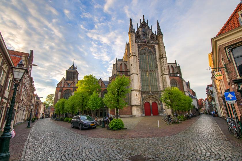 Hollandia déli részén fekszik Leiden városa, aminek szépségét a fákkal szegélyezett csatornák adják, amik kisebb szigetekre osztják. Főbb látványosságai a kis város régi vára, a képen is látható impozáns Szent Péter-templom és a Pongrác-templom. Történelme során sok ínséget kellett megszenvednie a római kori településnek, mára azonban újra virágzó város lett.