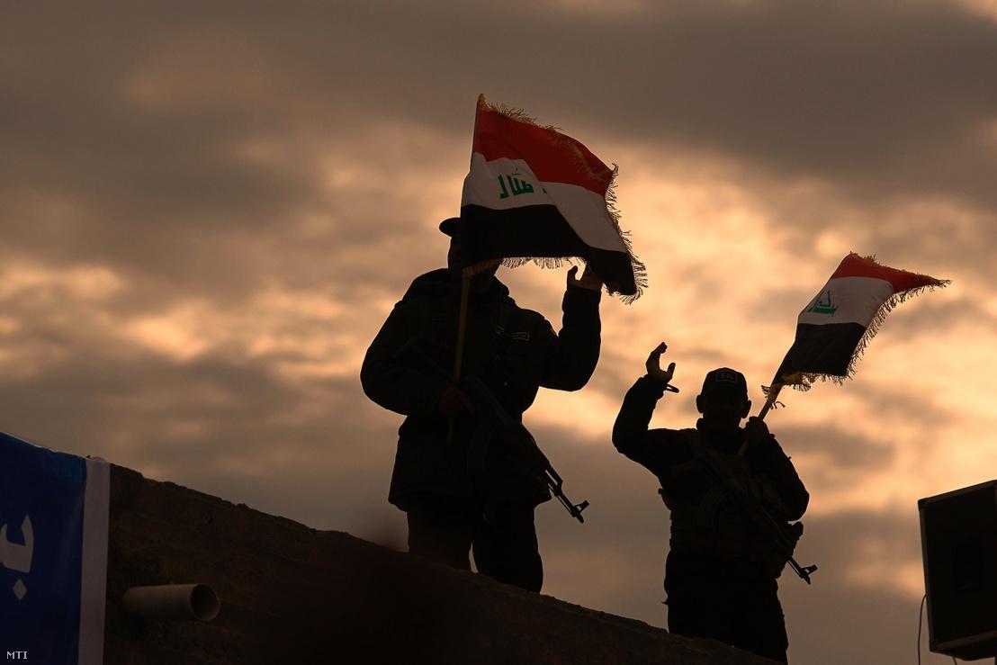 Az Irán által támogatott milicistákat tömörítő ernyőszervezet a Népi Mozgósítási Erők két harcosa a Bagdadtól 160 km-re délre fekvő síita szent városban Nedzsefben 2020. január 8-án