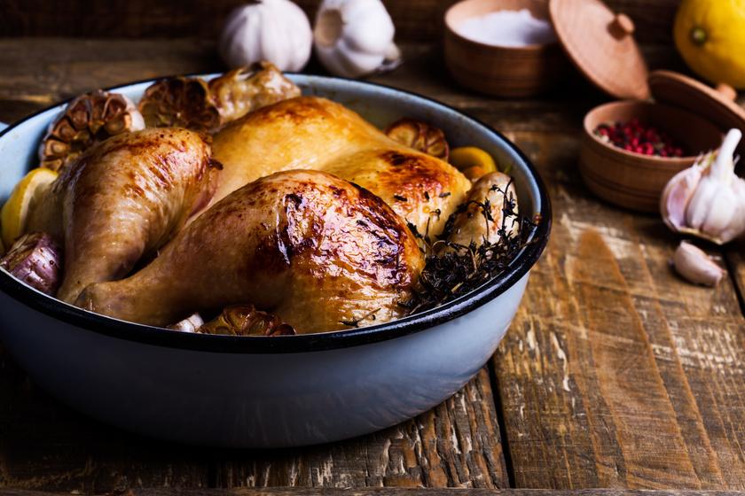 Egészben sült kakukkfüves csirke jó fokhagymásan: nem szárad ki, és ropogós lesz