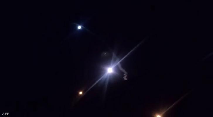 Iráni videóból képernyőkép az Irak felé kilőtt rakétákról 2020. január 8-án
