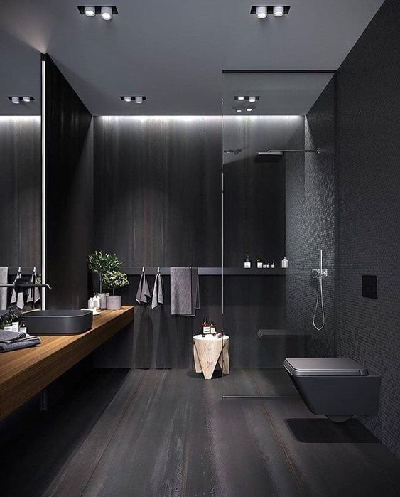 Nemcsak a kiegészítők, hanem a fal és a padló is sötét színekben úszik, a végeredmény mégis nagyon jól mutat.
