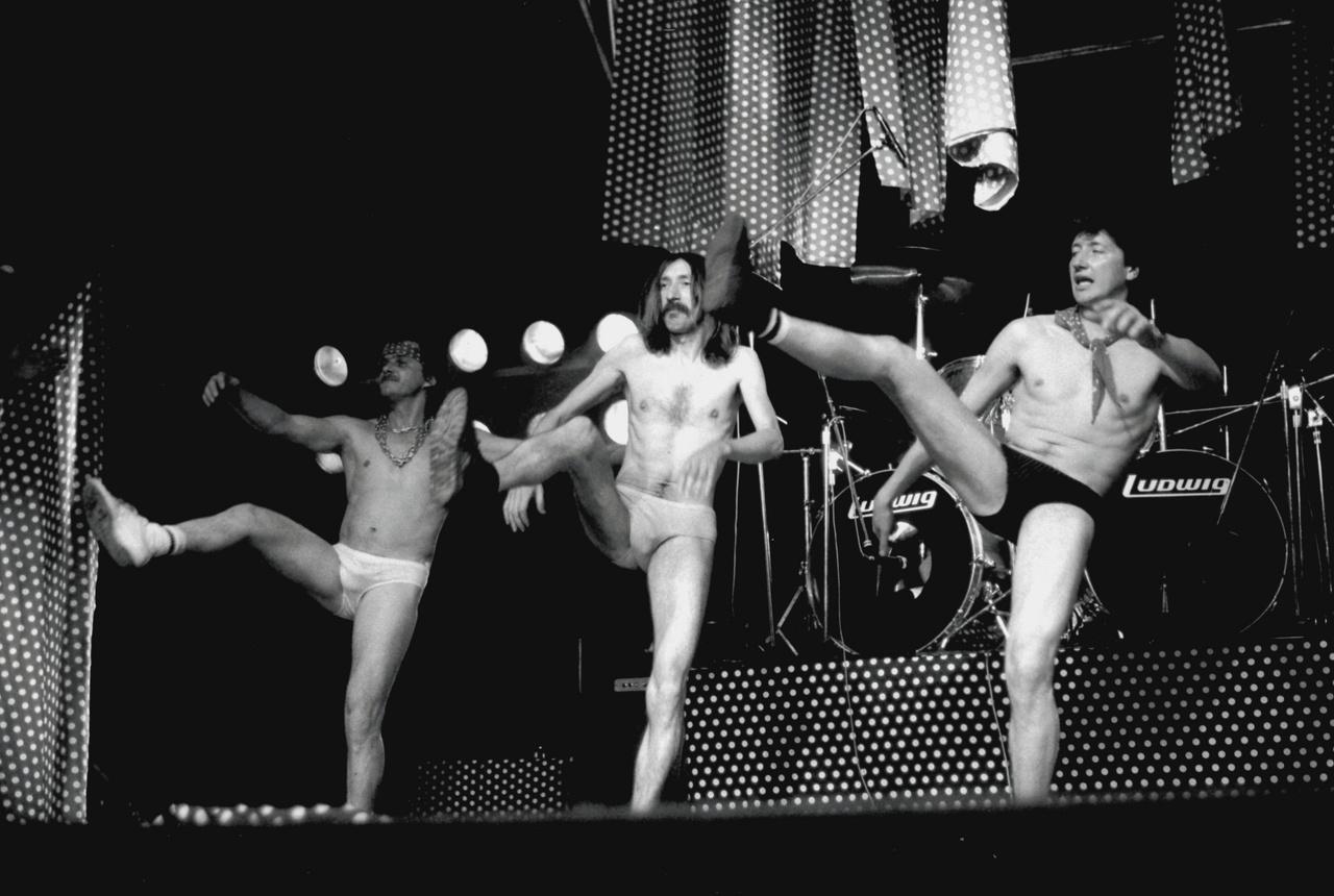 """""""Hölgyeim és uraim, önöknek fantasztikus élményben lesz részük! Olyat látnak, amilyet tényleg nagyon ritkán látni. Tulajdonképpen a világon egyedülálló szám"""" – konferálta fel Waszlavik László és a Go-Go Boys táncos műsorszámát Nagy Feró, amikor a Magyar Televízió 1988. május elsején a Kertészeti Egyetem klubjában rögzítette a Beatrice koncertjét."""