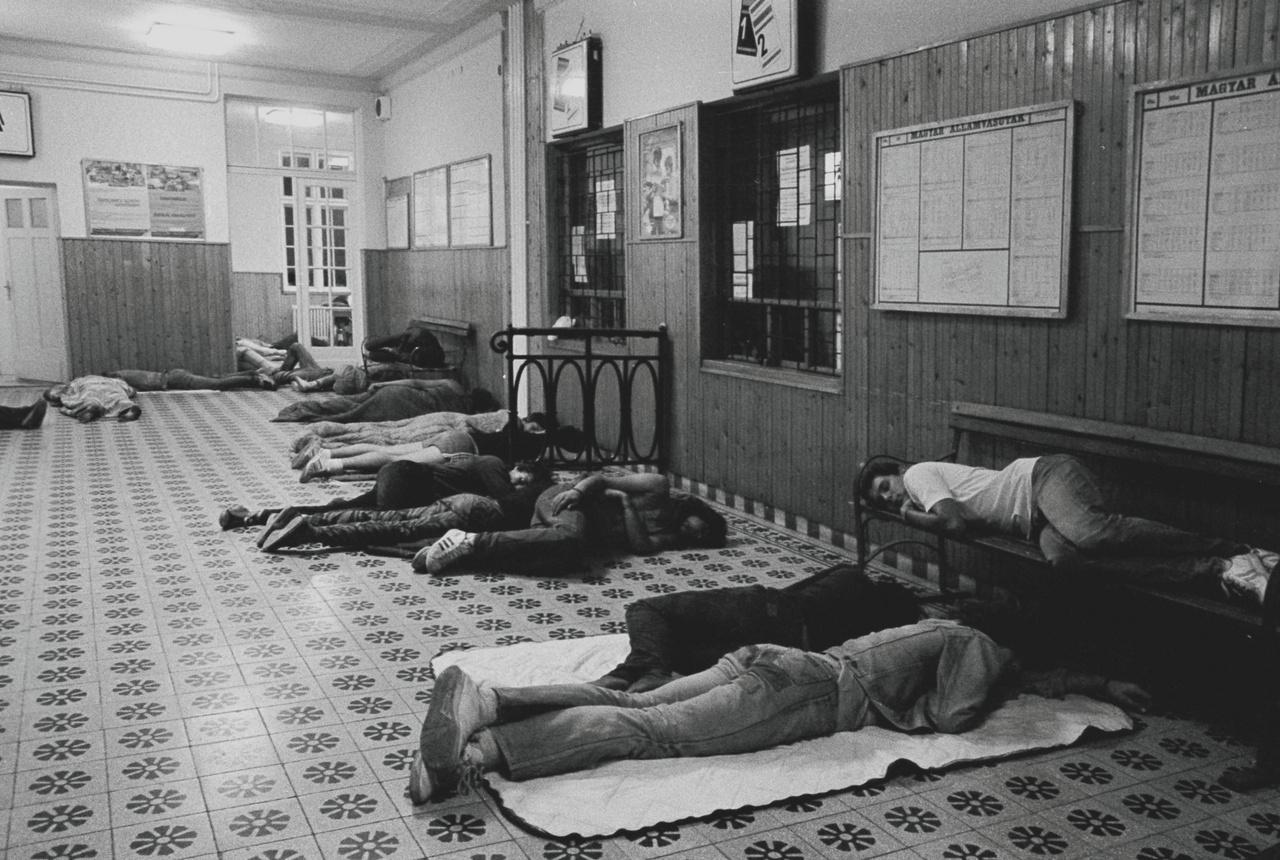 Csövesek alszanak a balatonfüredi vasútállomás várójának padlóján és padjain.