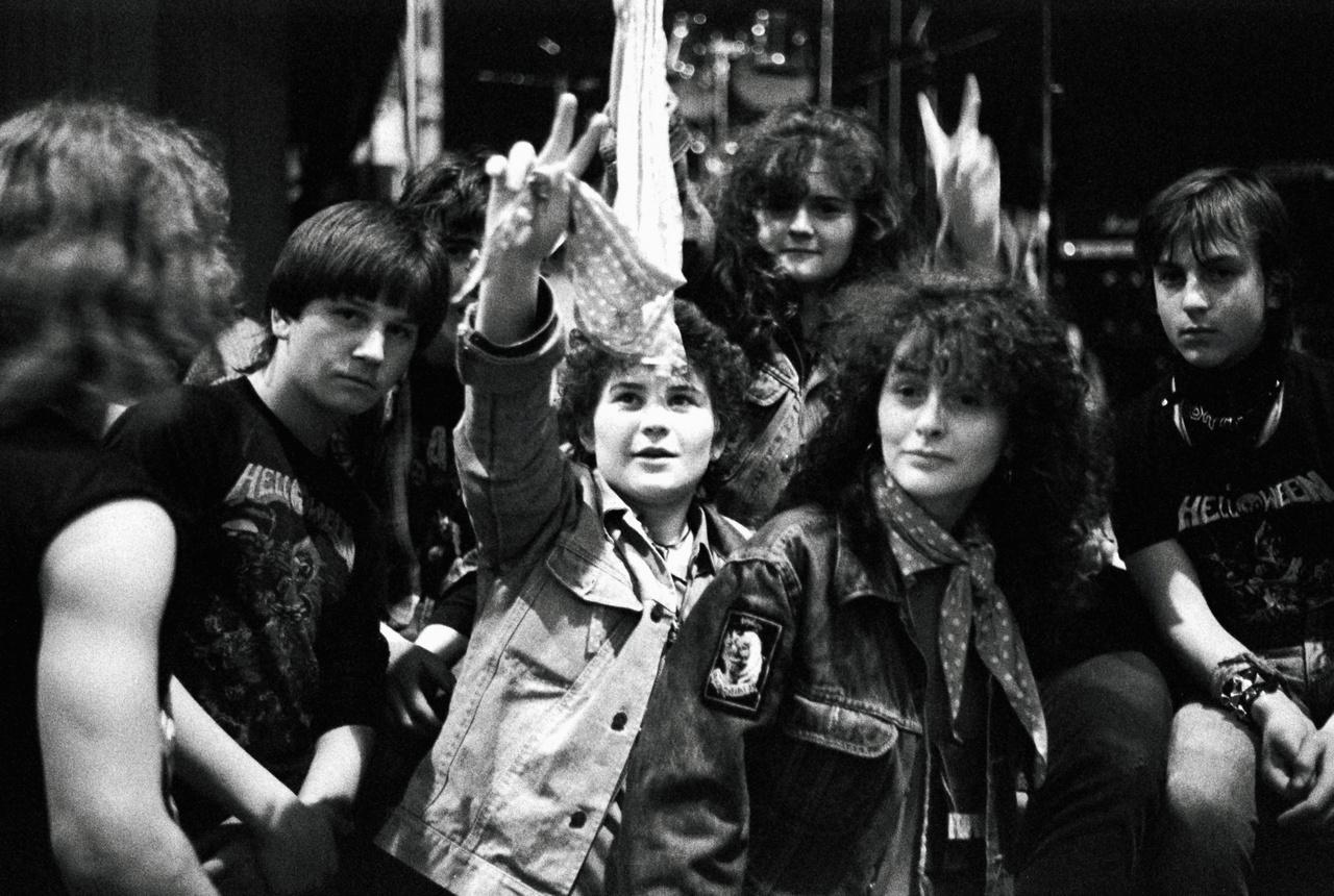 Babos kendőt viselő fiatalok a Ganz-Mávag Vörösmarty művelődési házában, amelynek pincéjében épp 1988-ban nyílt meg a Fekete Lyuk, a rendszerváltás korának legendás alternatív szórakozóhelye.