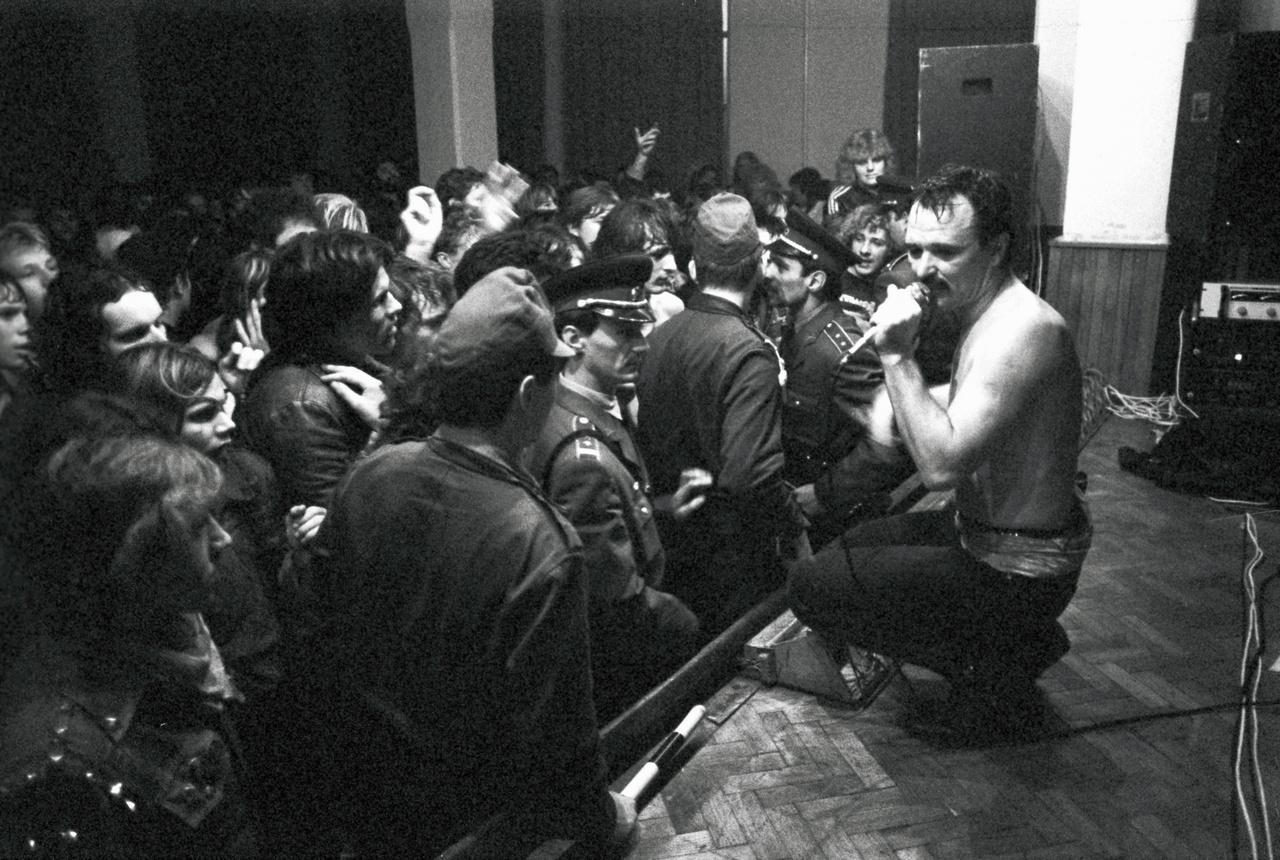 Beatrice-koncert egy vidéki művelődési házban – a fotós emlékei szerint Kisbéren.