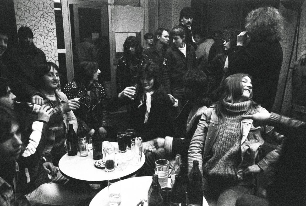 Beatrice-rajongók italoznak a Várpalota melletti Inotán, a Béke Művelődési Ház büféjében.