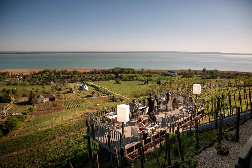10 balatoni borterasz, aminek imádjuk a panorámáját: káprázatos látványt nyújtanak