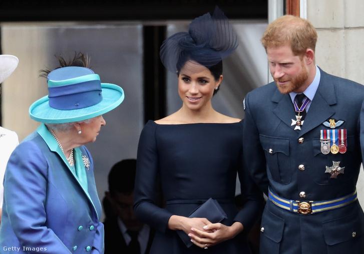 II. Erzsébet királynő (balra), Meghan sussexi hercegné (középen) és Harry sussexi herceg a királyi család egyik találkozóján 2018-ban, a Buckingham-palotában