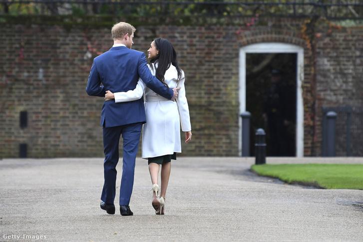Harry és Meghan sétája még 2017-ben a Kensington-palotában