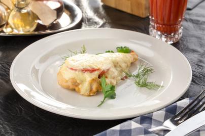 Fűszeres, paradicsomos csirkemell vastag sajtréteggel: ez biztosan nem szárad ki