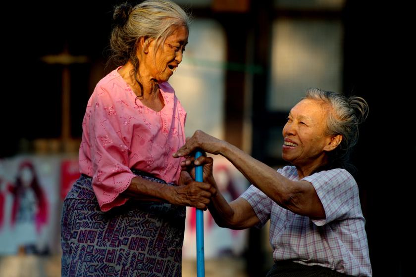 Az idős mianmari barátnők számára hatalmas boldogság, hogy együtt lehetnek, és beszélgethetnek.