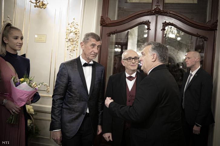Orbán Viktor miniszterelnök és Andrej Babis cseh kormányfő a felújított cseh Állami Opera épületében Prágában az ünnepélyes megnyitó előtt 2020. január 5-én.