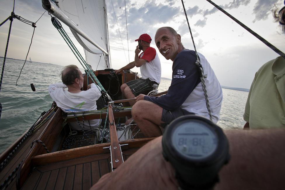 Egy régi európa 30-as, a Vakapád fedélzetén. Ekkor futott be a győztes. A fedélzeten Wittmann Imre, Kovács Kálmán, Hoffmann Győrgy és Kovács Ádám.