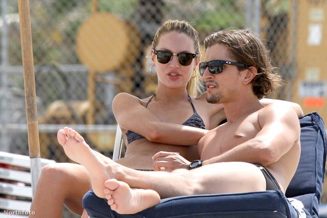 Hermann Nicoli a strandon Miamiben Candice Swanepoellel heverészik