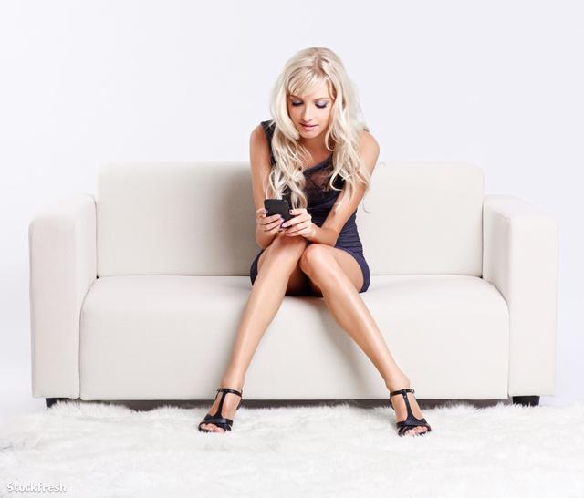 stockfresh 1580784 blond-girl-with-smartphone sizeM