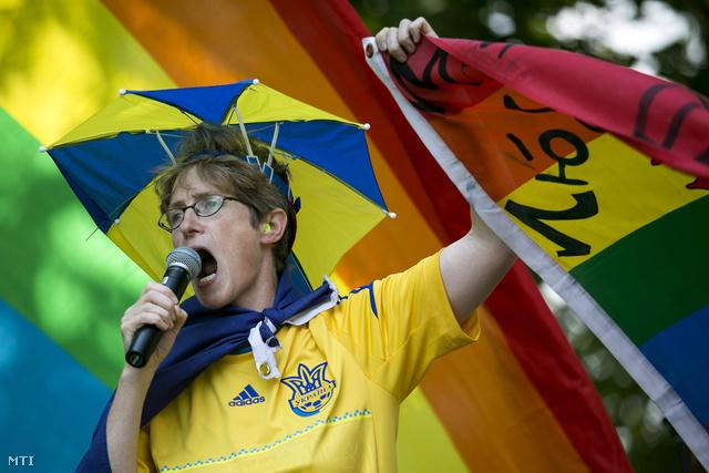 Clare Dimyon, brit leszbikus aktivista beszél a 17. Budapest Pride Felvonulás és Pikniken a Városligetben.