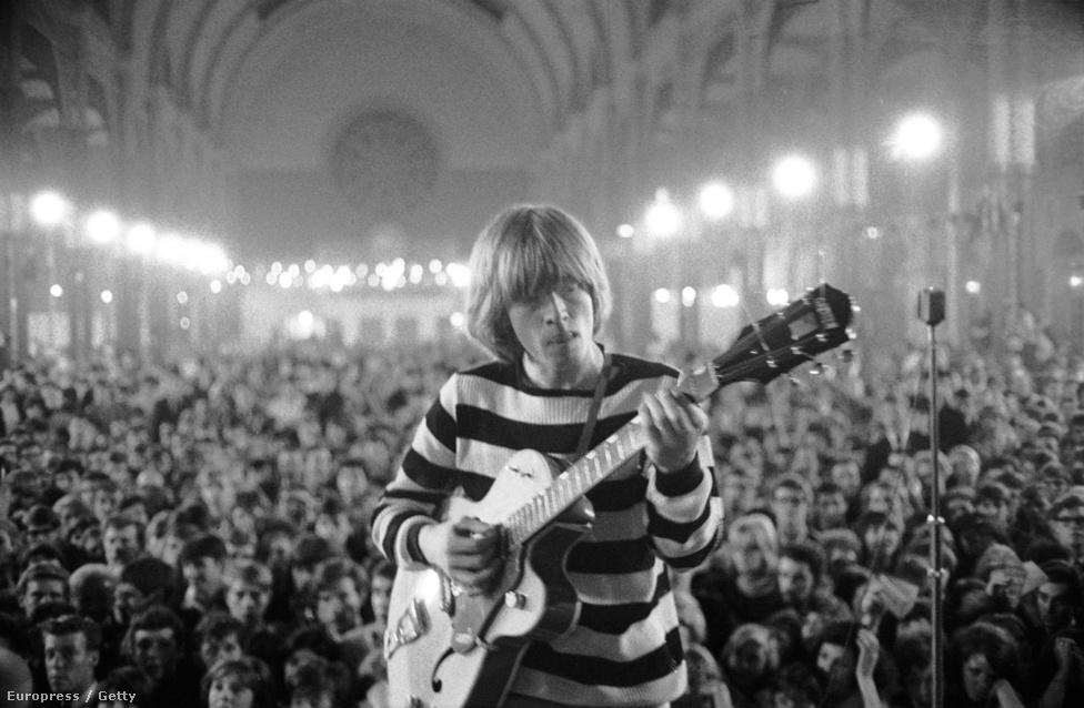 Brian Jones gitáros egy 1964-es londoni fellépésen. Jones alapítótagja volt a Rolling Stonesnak, de a sztársággal járó nyomást és drogokat nem bírta olyan jól mint a többiek. 1969-es kiszállása előtt néha mintha ott sem lett volna a színpadon, vagy egyáltalán nem játszott, vagy össze vissza pengetett. Júniusban lépett ki a csapatból, júliusban pedig holtan találták házának medencéjében. Ő az egyik híres tagja az úgynevezett 27-esek klubjának, mivel ő is 27 éves korában halt meg, ahogy később Jim Morrison, Jimi Hendrix és Kurt Cobain is.