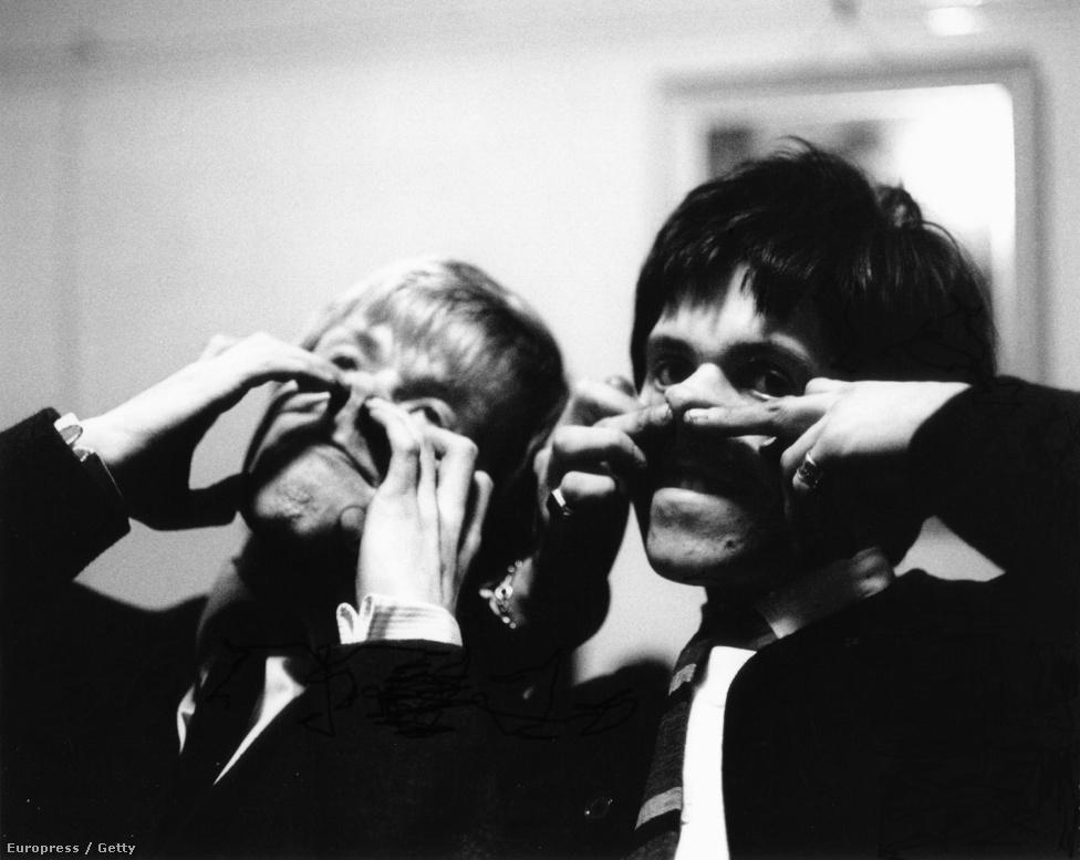 Brian Jones és Keith Richards a backstage-ben bohóckodik 1964-ben. Ekkor még majdhogynem ártatlan volt a zenekar, nyoma sem volt a későbbi, drogokkal teli életnek.