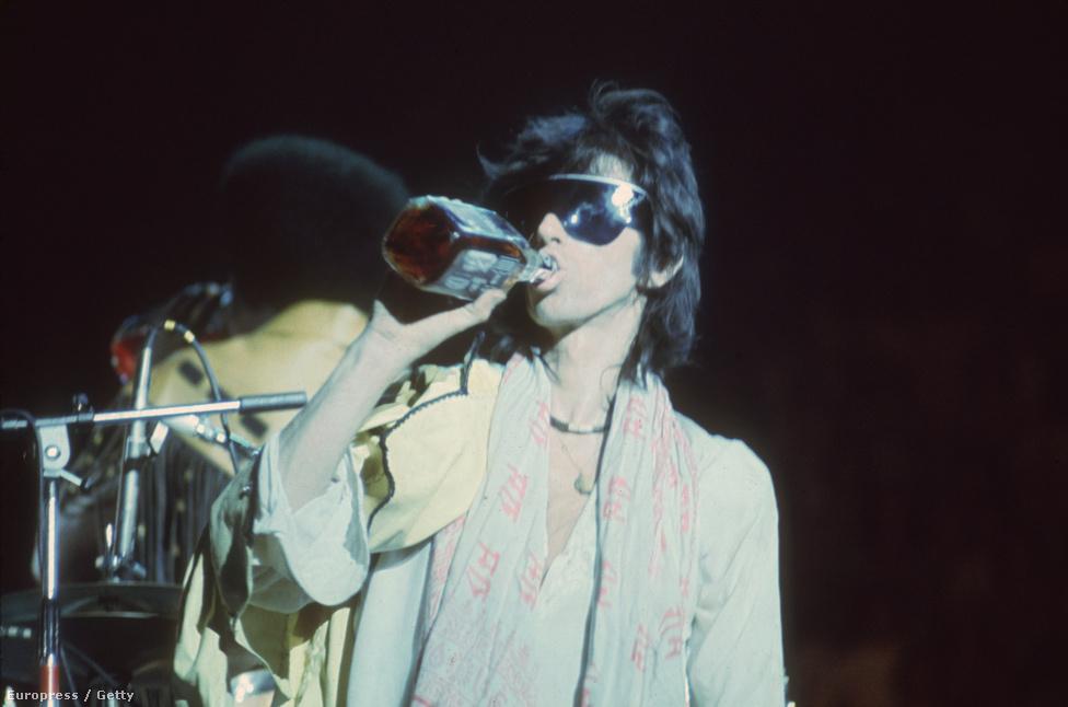 Keith Richards természetesen nem csak drogozott, hanem ivott is. Itt épp a színpadon egy 1975-ös koncerten.