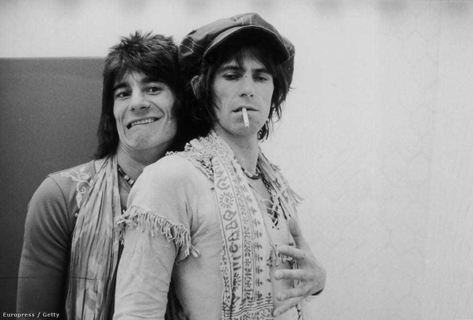 Keith Richards és Ron Wood 1975-ben. Richards önéletrajzi könyvében bevallja, hogy igazából azért döntöttek 1975-ben Wood bevétele mellett, mert a gitáros is angol. Na meg persze már jóval a beszállása előtt is együtt szívtak Richards házában.
