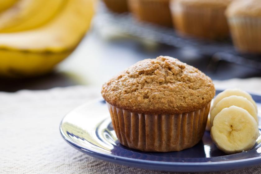 30 perces banános, fehér csokis muffin: könnyű, bögrés finomság