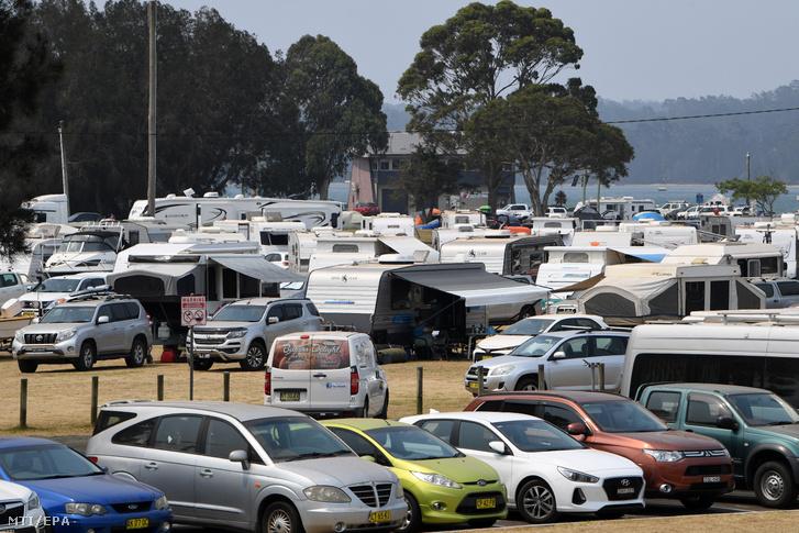 Lakókocsik a bozóttűz miatt otthonukból kitelepített lakosok számára létesített táborban az új-dél-walesi Batemans Bay üdülőhelyen 2020. január 2-án.