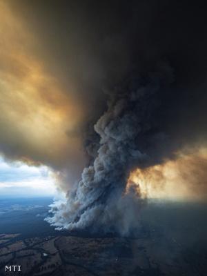 A Victoria ausztrál szövetségi állambeli East Gippslandban pusztító erdőtűz sűrű füstje 2020. január 2-án.