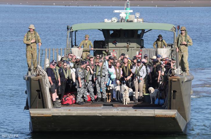 Hastings kikötőjébe érkezik meg a tűzvész elől kimenekítettek csoportja 2020. január 8-án.