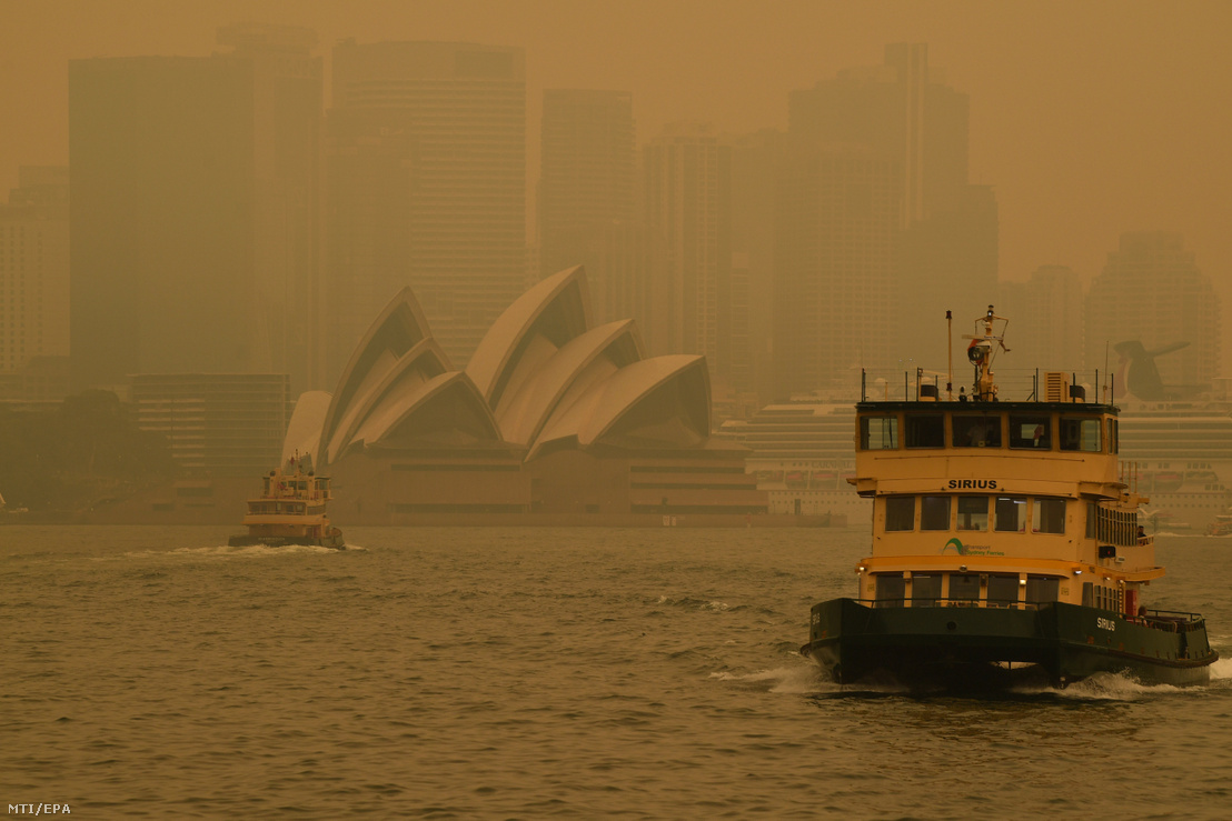 A bozóttűz füstjében közlekedő komp Sydneyben 2019. december 19-én