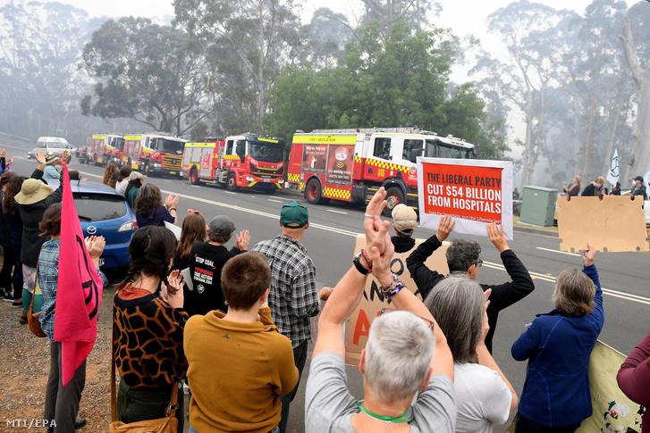 Tüntetők hatékonyabb fellépést követelnek Scott Morrison ausztrál miniszterelnöktől az új-dél walesi Katoomba tűzoltóparancsnokságánál ahol Gladys Berejiklian Új-Dél-Wales szövetségi állam kormányfője megbeszélést tart a bozóttüzek kezeléséről 2019. december 23-án.